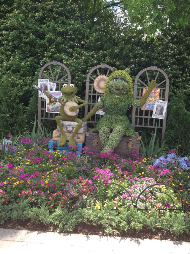 Kermit and Miss Piggy wave hello! Photo by Stephanie Shuster.
